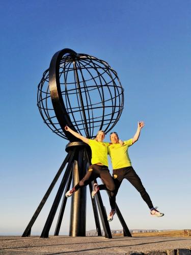 !Gina Johansen og Stig Rune Samuelsen ved globusen på Nordkapp.