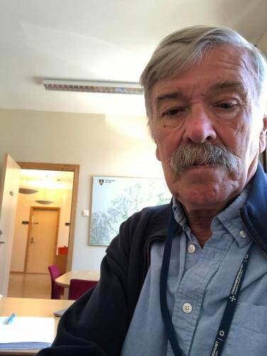 !Ulf Syversen tilbake på rådhuset i Honningsvåg. (Foto: Privat)