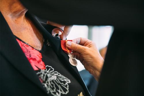 !Reidun Laura Andreassen fikk overrakte Kongens fortjenstmedalje. (Foto: Troms og Finnmark fylkeskommune/Sunniva Tønsberg Gaski)